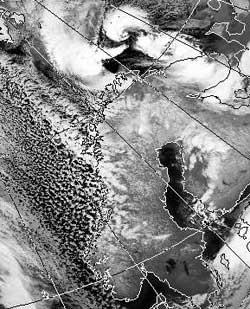 Satelittbildet fra onsdag morgen viser tydelig det sterke lavtrykket   nord for Finnmark. (Foto: Storm Weather Center)