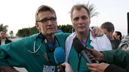 ØYENVINTER: Mads Gilbert og Erik Fosse ble øvenvitnene til krigen på Gaza da ingen andre journalister slapp inn.  (Foto: Nasser Nasser/AP)