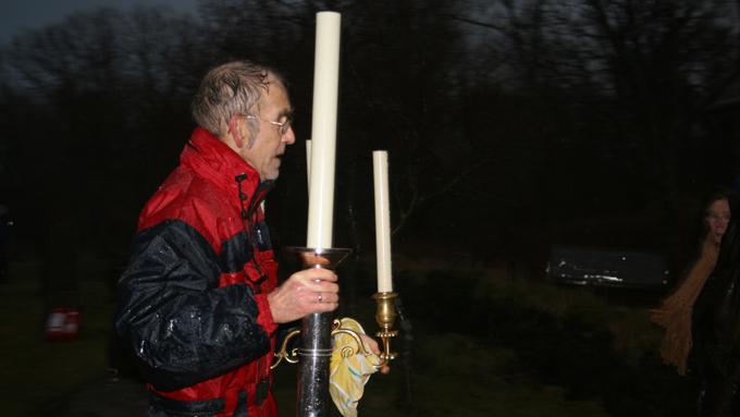Lokalbefolkning og kirkeansatte strømmet til for å hjelpe i slukningsarbeidet, samt med å redde ut gjenstander fra kirken. (Foto: Malin Arntsen)