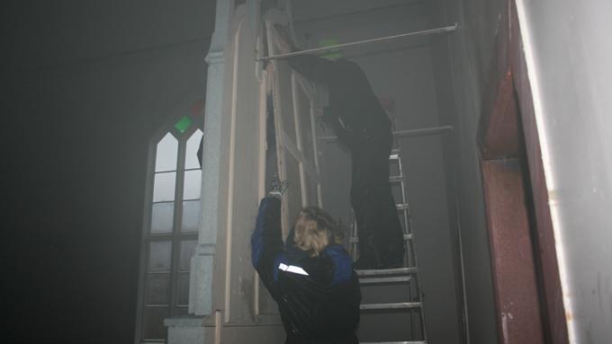 Kirkerommet ble fylt med røyk under brannen som trolig startet etter et lydnedslag. (Foto: Malin Arntsen)