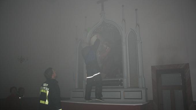 Altertavlen ble reddet ut av frykt for at brannen skulle spre seg.  (Foto: Malin Arntsen)