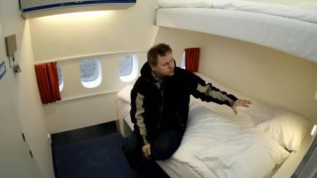 Her er et av de vanlige rommene på jumbojeten som er gjort om til Hostel.  (Foto: NIKLAS LARSSON/AP)