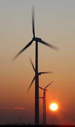 Vindkraft og solenergi er to av de energikildene det bør satses på. (Foto: Scanpix)