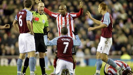 UTVIST: Dommer Mike Dean viser Ashley Young det røde kortet. (Foto: GRAHAM STUART/AFP)
