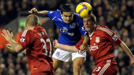 Tim Cahill, Jamie Carragher  (Foto: ANDREW YATES/AFP)