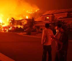 Innbyggerne i Yorba Linda kunne ikke annet enn å se på da skogbrannene ødela hjemmene deres 15. november 2008. (Foto: DAVID MCNEW / Scanpix)