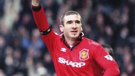 SJOKK 10: Eric Cantona forlot regjerende ligamester Leeds til fordel for konkurrent Manchester United. (Foto: EPA/Michael Stephens/NTB scanpix)