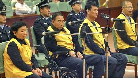 Dette   er de fire hovedtiltalte etter melkeskandalen som tok livet av seks barn   i Kina. Tian Wenhua til venstre. (Foto: AP)