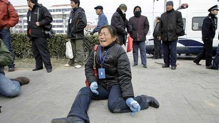 Pårørende   melkeskandalen Kina (Foto: AFP)