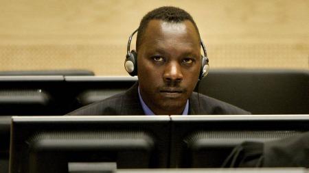 Thomas Lubanga sitter i krimdomstolen under den første høringen i 2006.  (Foto: ED OUDENAARDEN/AFP)