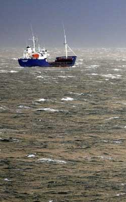 En fiskebåt utenfor Reykjarvik. Fisk er den viktigste eksportvaren til Island. (Foto: AFP PHOTO / OLIVIER MORI)