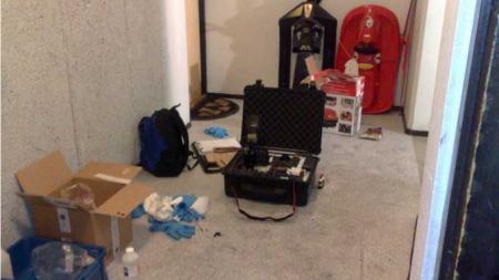 Politiets teknikere gjør undersøkelser ved inngangen til leiligheten hvor Geir Stene ble funnet drept på Haugenstua i Oslo. (Foto: Bjørn Carlsen / TV 2)