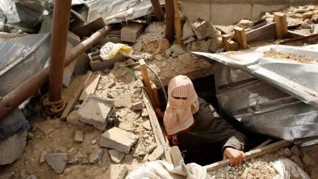 En maskert palestiner viser hvordan han overlevde angrepene mot en smuglertunnel ved grensen mellom Gazastripen og Egypt.  (Foto: IBRAHEEM ABU MUSTAFA/Reuters / SCANPIX)