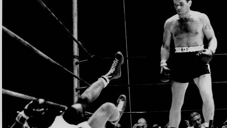 Floyd Patterson lies on the canvas after taking a knockout blow from Ingemar Johansson  (Foto: Scanpix/AP)