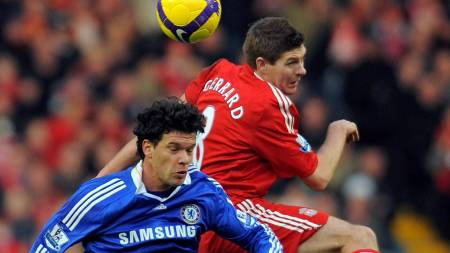 Chelsea's German midfielder Michael Ballack (L) vies with Liverpool's English midfielder Steven Gerrard  (Foto: ANDREW YATES/AFP)