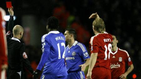 Chelsea's Frank Lampard, centre right, is sent off by referee Mike Riley after a tackle on Liverpool's Xabi Alonso, bottom,  (Foto: Paul Thomas/AP)