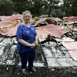Lori Mansfield foran huset sitt, som ble ødelagt av en skogbrann i Boolarra 1. februar. (Foto: RAOUL WEGAT / Scanpix)