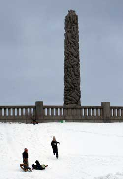 Også denne helgen går det an å leke i snøen i Vigelandsparken i Oslo. (Foto: Lise Åserud / SCANPIX)