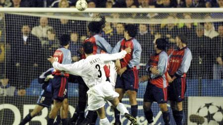 FRISPARKMÅL: Ian Harte scorer på frispark mot Deportivo La Coruña. (Foto: ADRIAN DENNIS/AFP)
