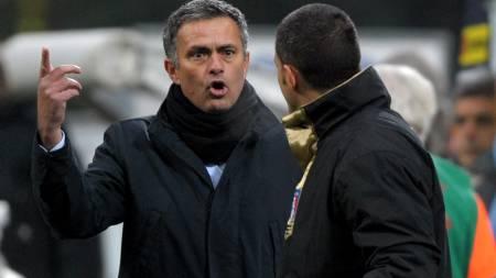 DOMMERKJEFT: Her skjeller Jose Mourinho ut dommeren.  (Foto: GIUSEPPE CACACE/AFP)