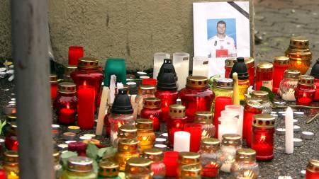 Light candles and a photograph of Romanian handball player Marian Cozma are pictured at the crime site in Veszprem on February 8, 2009.  (Foto: ISTVAN VOROS/AFP)