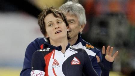 Martina Sablikova of Czech Republic waves with her coach Petr Novak  (Foto: MATT DUNHAM/AP)