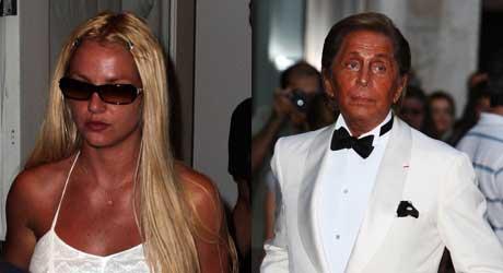 TANNING OVERLOAD 1: Britney Spears og designeren Valentino ser ut som de har tatt rennafart og hoppa i et svært basseng med spraytan.