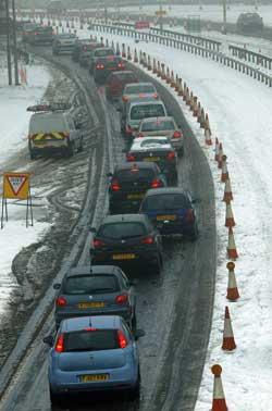 Trafikken sto stille inn mot Luton flyplass. (Foto: Max Nash / Scanpix)