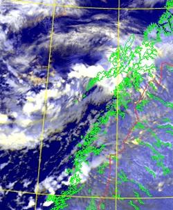 Midt på dagen tirsdag ligger uværet nord i Nordland. (Foto: EUMETSAT)