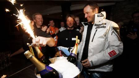 Aksel Lund Svindal ble feiret med kake og champagne på det norske hotellet i Val d'Isere etter Aksels VM gull i kombinasjonen. Til venstre, fysioterapaut Egil Eliassen og sjefstrener Marius Arnesen.  (Foto: Richardsen, Tor/SCANPIX)