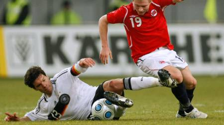Bjorn Helge Riise (R) challenges Germany's Michael Ballack  (Foto: INA FASSBENDER/REUTERS)