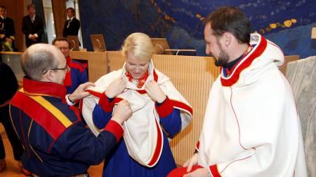 KONGLIG LUHKA:  Kronprins Haakon og kronprinsesse Mette-Marit besøkte Sametinget i fjor, og fikk en luhka. (Foto: Åserud, Lise/SCANPIX)