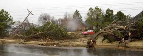 Trær og kraftlinjer ligger veltet i Edmond, Oklahoma. (Foto: Bill Waugh / Scanpix)