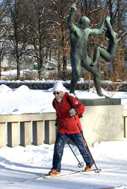 Det er en halvmeter snø i Oslo, og du trenger ikke å dra lenger enn til Frognerparke for å finne skiføre! (Foto: Morten Holm / SCANPIX)