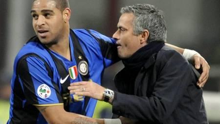 Inter Milan's Brazilian forward Adriano (L) and Inter Milan's Portuguese coach Jose Mourinho  (Foto: DAMIEN MEYER/AFP)