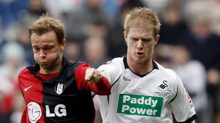 SCORET IKKE: Erik Nevland, her i duell med Swanseas Alan Tate.  (Foto: ADRIAN DENNIS/AFP)