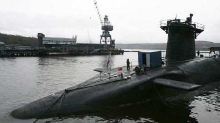 Den britiske atomubåten HMS   Vanguard til kai i Faslane. (Foto: REUTERS / SCANPIX)