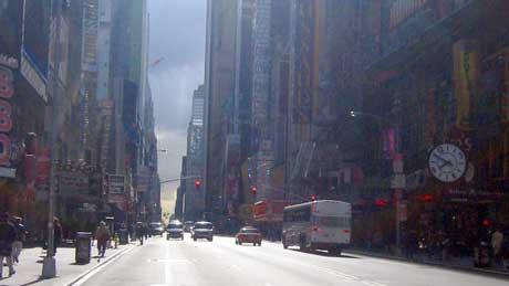 Skyskraperne gjør at gatene opppleves som bunnen av dype kløfter.   (Foto: Ronald Toppe)