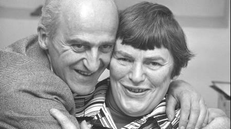 Glede i SV-leiren etter valget, 14. september 1977. Finn Gustavsen klemmer Hanna Kvanmo, som tok en stortingsplass på nordlandsbenken.  (Foto: Thorberg, Erik/SCANPIX)