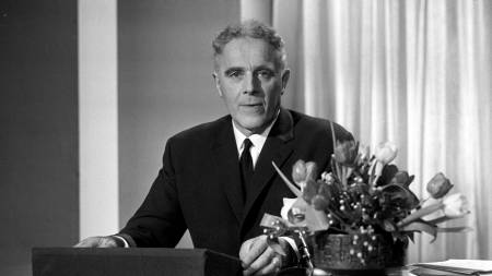 Statsminister Per Borten, Sp, holder nyttårstalen ved inngangen til 1970.  (Foto: NTB/SCANPIX)