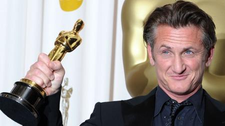 BLE HYLLET: Sean Penn fikk Oscar for sin rolle som den homofile politikeren, Harvey Milk i «Milk», men «glemte» å takke kona.  (Foto: MARK RALSTON, ©J/tc)