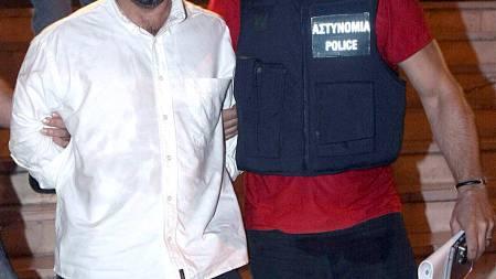 Et arkivbilde av den greske rømlingen Vassilis Paloiokostas fra da han ble fraktet til rettssalen 22. august 2008.  (Foto: PAVLOS MAKRIDIS/EPA)