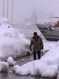 Folk i Tromsø er vel vant med mye snø. Dette bildet er fra slutten   av mars 2000, da lå det over to meter snø i byen! (Foto: Gorm Kallestad,   SCANPIX)