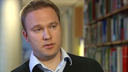Helge Lurås ved Nupi mener Nato er med å finansierer Taliban.  (Foto: TV 2)