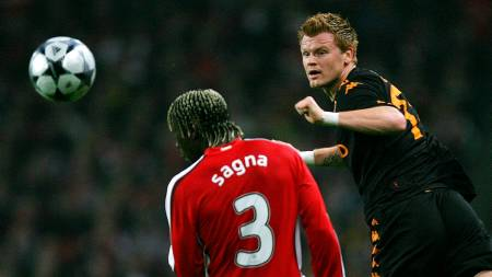 AS Roma's Norwegian player John Arne Riise (R) heads the ball past Arsenal's French player Bacary Sagna  (Foto: CARL DE SOUZA/AFP)