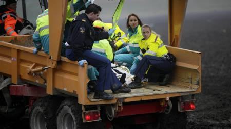 Skadde passasjerer blir evakuert.  (Foto: PETER DEJONG/AP)