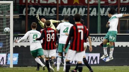 Bremen forward Claudio Pizarro, of Peru', right, heads the ball to score against AC Milan  (Foto: LUCA BRUNO/AP)