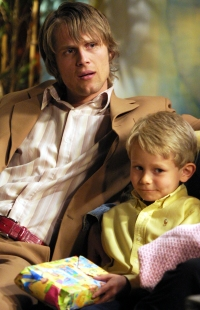 Jens August (Kim Kolstad) med sønnen Goggen. Nå leter «Hotel   Cæsar» etter en tenåring som kan spille Goggen.