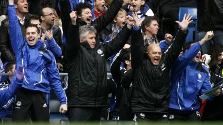 Chelsea's Dutch manager Guus Hiddink (C) celebrates John Terry's goal during their Premier League match against  (Foto: GLYN KIRK/AFP)