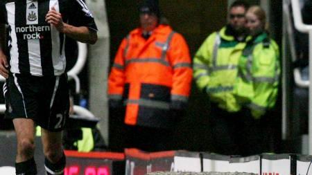 SITUASJONEN: Cristiano Ronaldo vrir seg i smerte etter å ha blitt å hå fått en på trynet av Steven Taylor.  (Foto: INDSEY PARNABY/EPA)